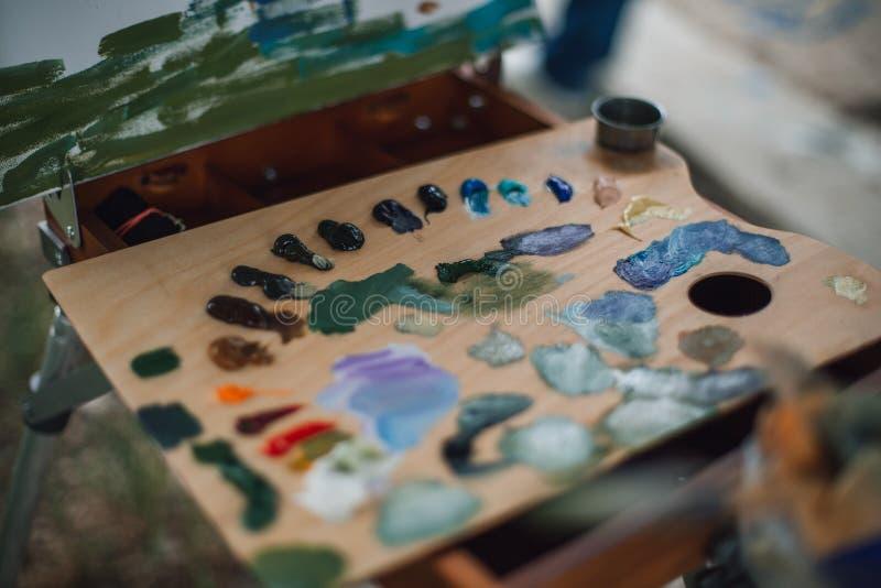 Palette avec les peintures à l'huile colorées images stock