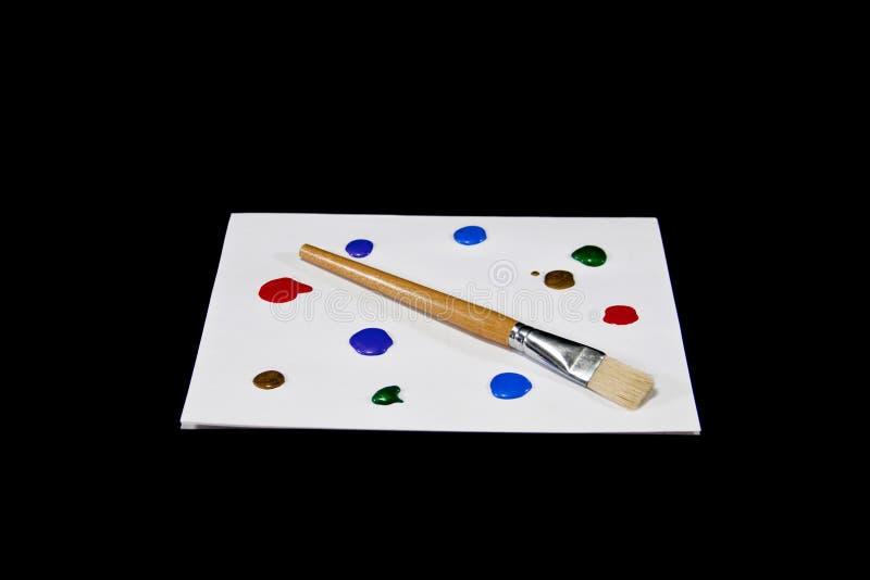 Palette colorée de peinture sur le fond noir d'isolement photographie stock libre de droits