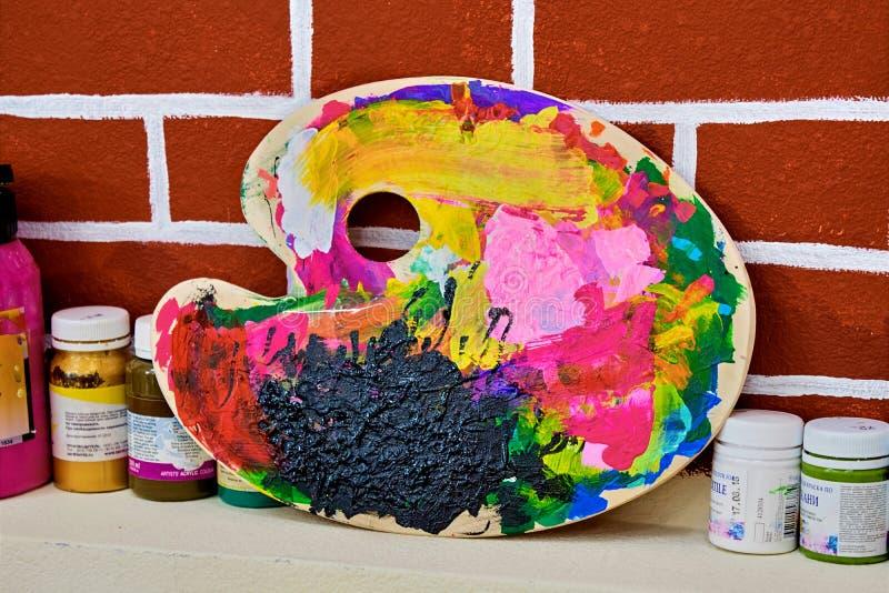 Palette colorée devant le mur de briques photo libre de droits
