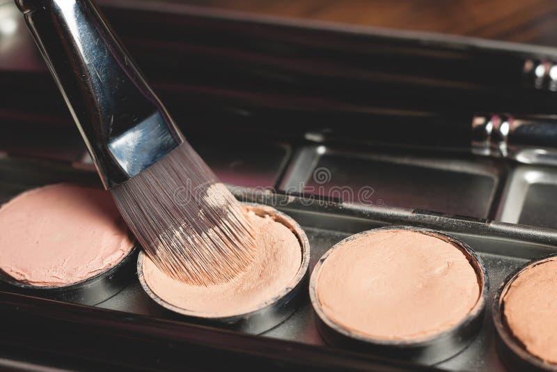 Palette crème de crayon correcteur dans le cas en métal photo libre de droits