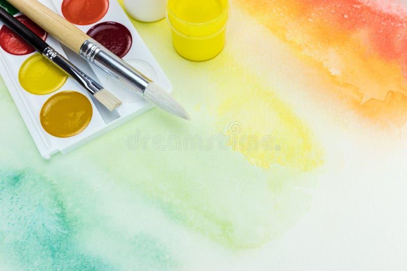 Palette d'aquarelle avec des pinceaux sur le Ba peint à la main coloré photo libre de droits