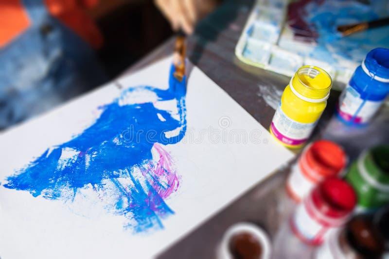 Palette d'art avec la peinture et les brosses, vue en gros plan et supérieure image libre de droits