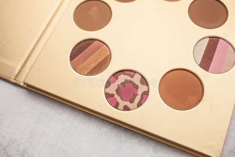 Palette d'or avec le bronzer pour le maquillage Beauté et concept de mode photographie stock libre de droits