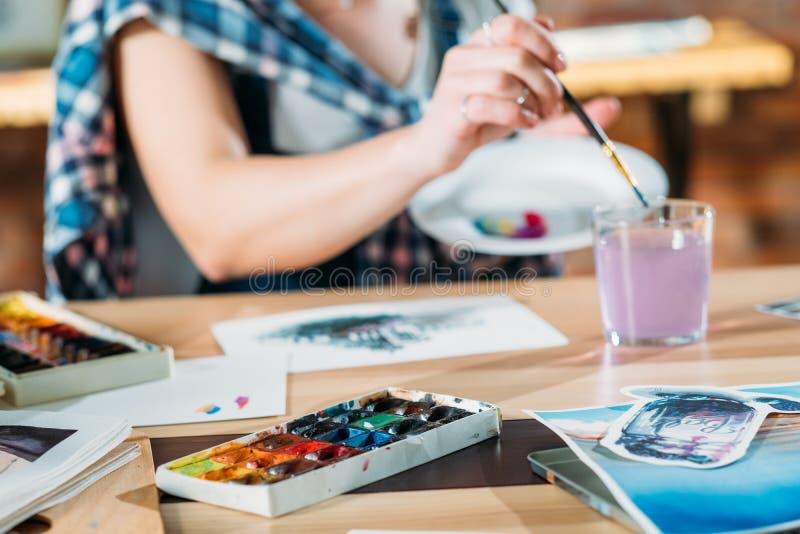 Palette de croquis de travail d'artiste de peinture d'aquarelle photos stock
