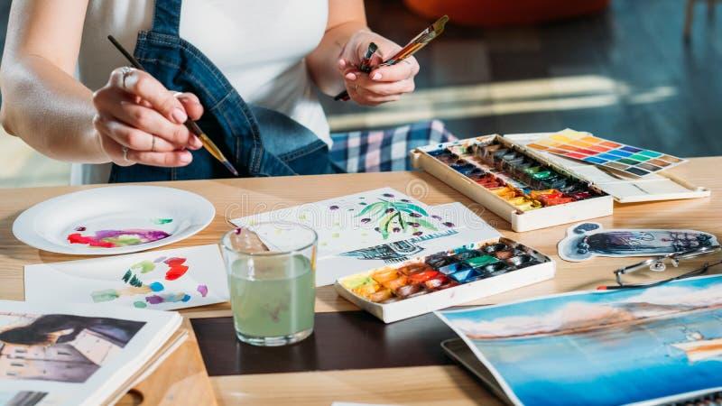 Palette de passe-temps de peinture de femme de lieu de travail de studio photos libres de droits