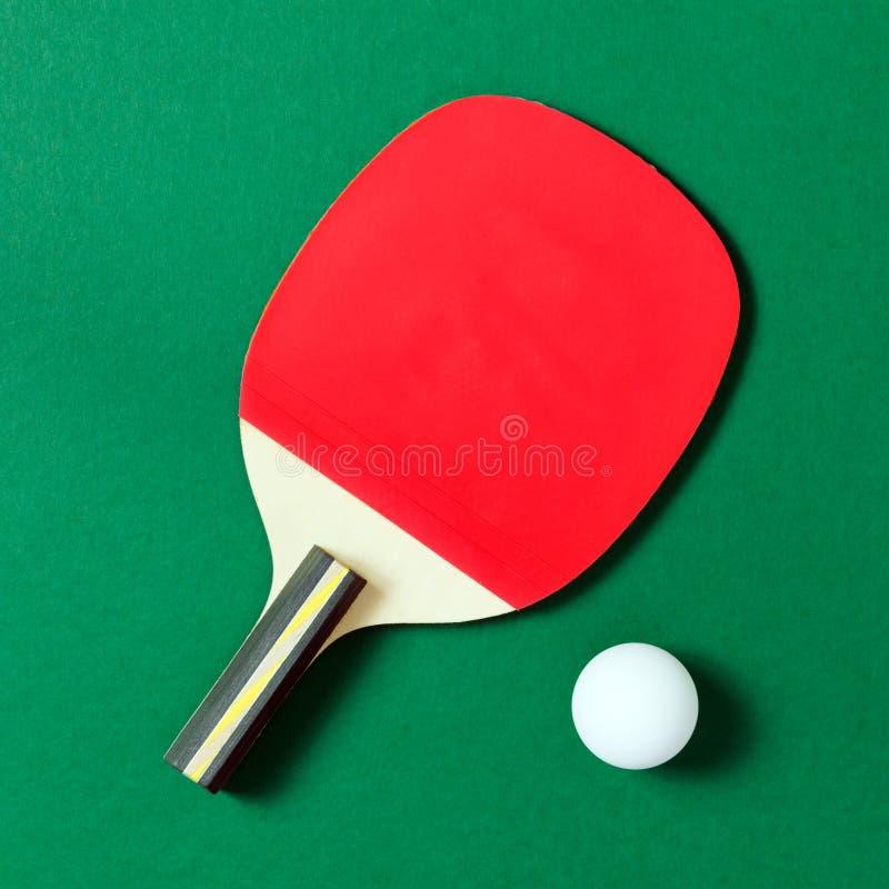 Palette de ping-pong avec la bille images stock
