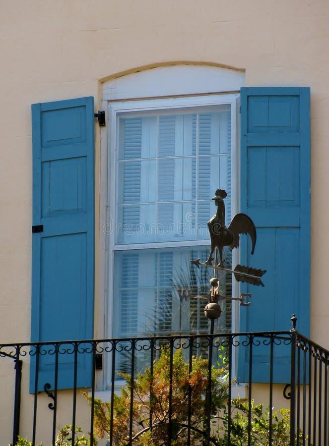 Palette de temps de coq au balcon photo stock