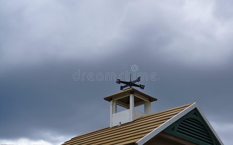 Palette de vent sur le toit photo libre de droits