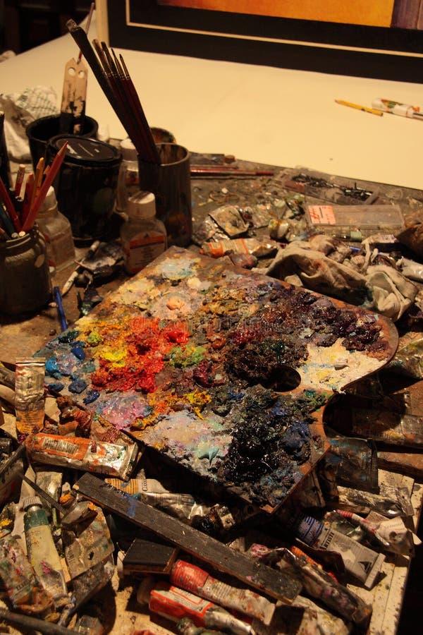 Palette, Farben und Bürsten stockbilder