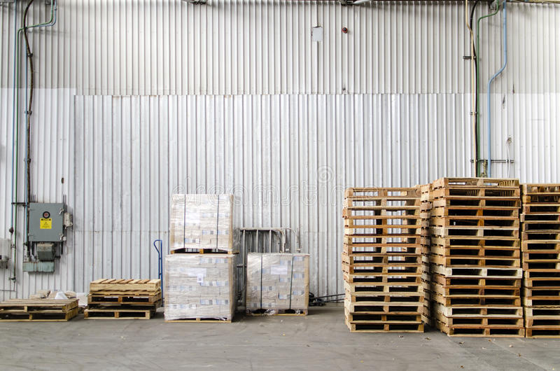 Paletten gestapelt innerhalb eines Lagers lizenzfreie stockfotografie