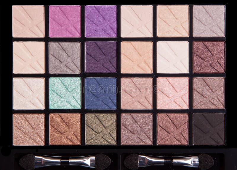 Paletten van de samenstellings de kleurrijke die oogschaduw op zwarte achtergrond, Professioneel make-up kleurrijk palet worden g stock afbeelding