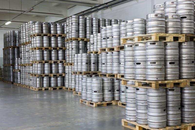 Paletten von Bierfässern Brauerei in der auf Lager Ochakovo stockbild