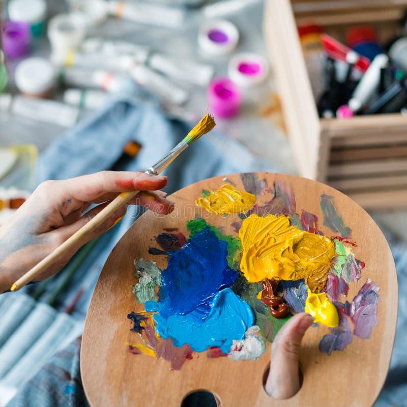 Palettenmalerpinsel der wesentlichen Werkzeuge des Künstlers hölzerner stockfoto