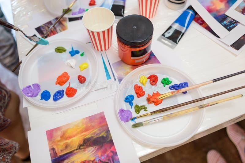 Palettes, brosses, peinture et tasses photo libre de droits