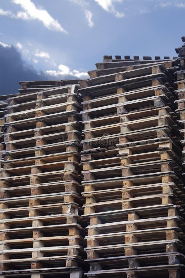 Palettes de cargaison avec le ciel photographie stock