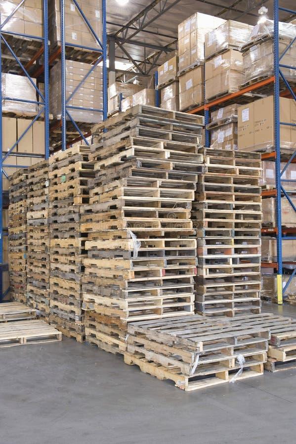 Palettes empilées dans l'entrepôt photographie stock