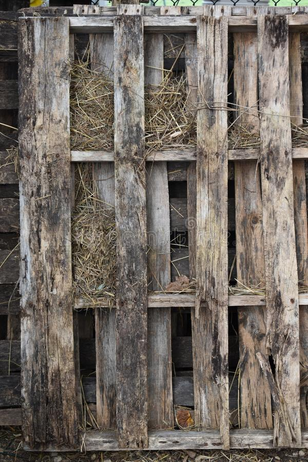 Palettes en bois bien superficielles par les agents à la ferme photographie stock