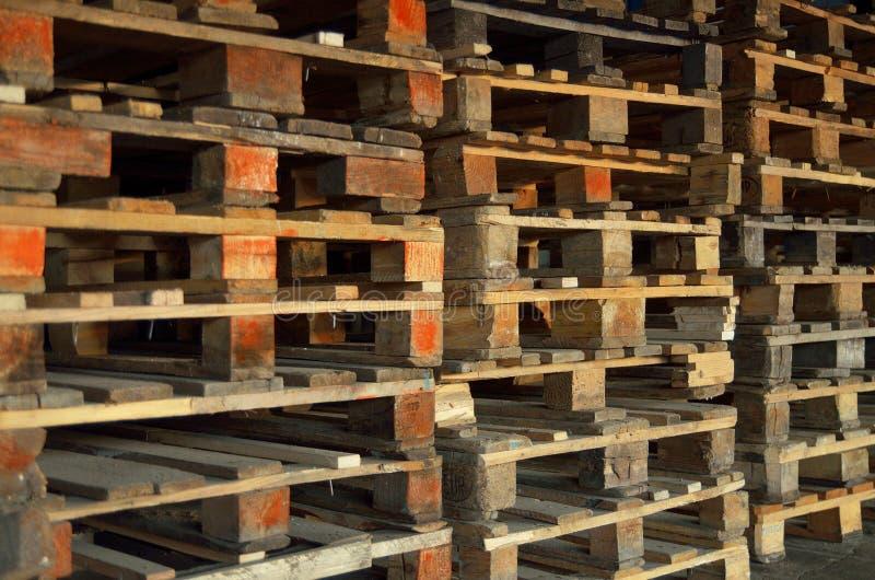 Palettes en bois Texture en bois Palettes empilées dans les piles photographie stock libre de droits