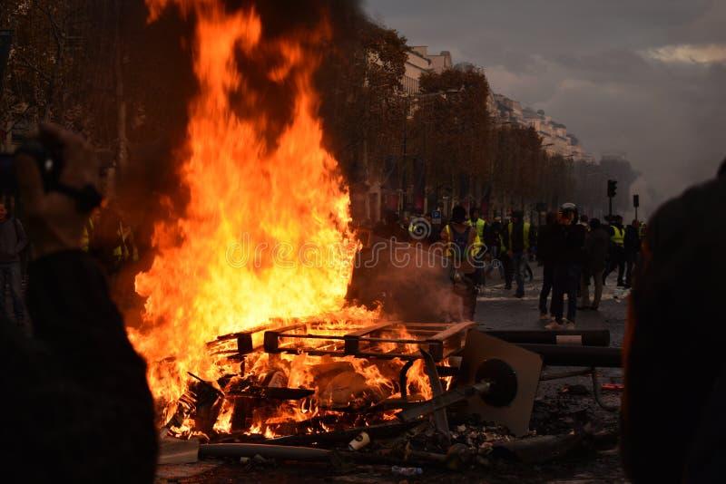 Palettes sur le feu à une démonstration jaune de gilet à Paris image stock