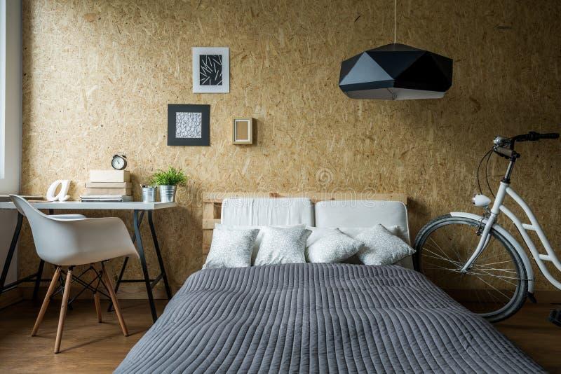 Palettsäng i ekologiskt sovrum royaltyfri fotografi