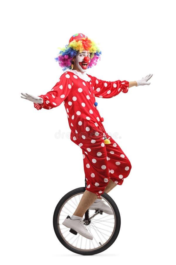 Palhaço alegre que monta um unicycle imagem de stock