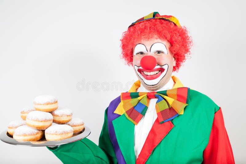 Palhaço com os biscoitos na bandeja imagem de stock