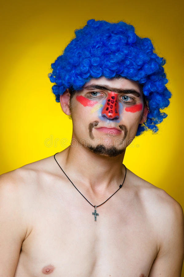 Palhaço em uma peruca azul imagens de stock