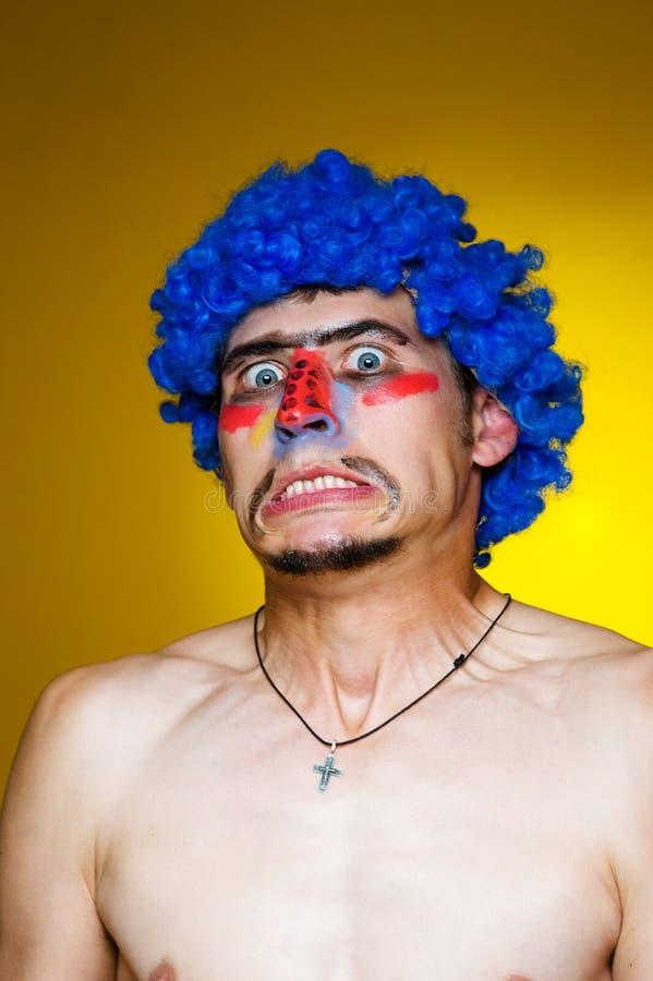Palhaço em uma peruca azul foto de stock