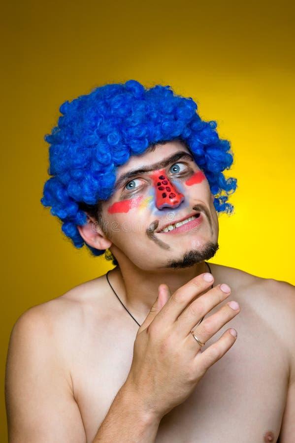 Palhaço em uma peruca azul imagem de stock royalty free