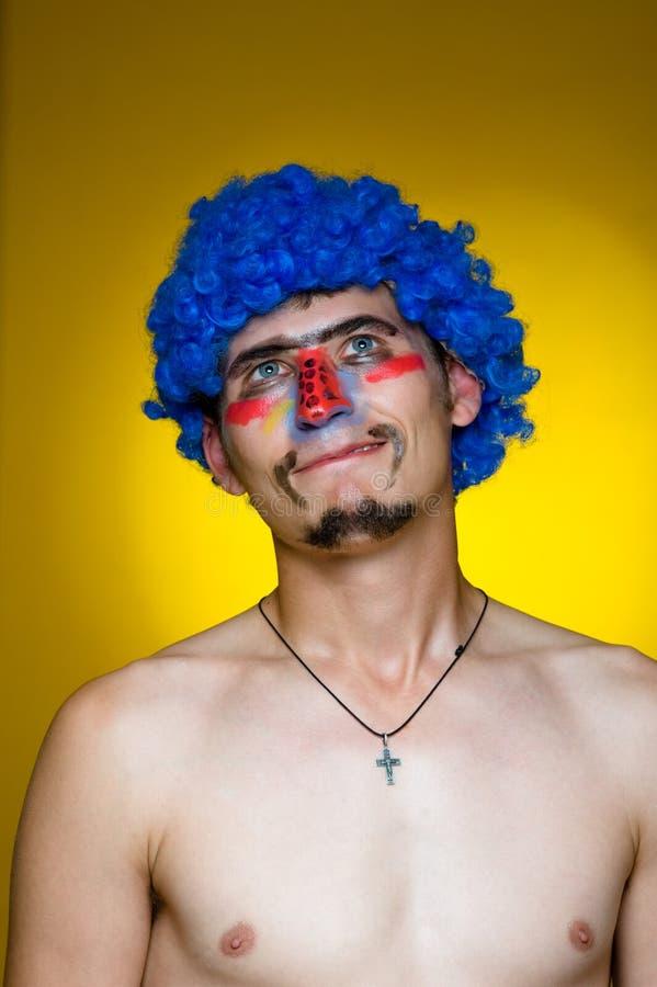Palhaço em uma peruca azul fotos de stock royalty free