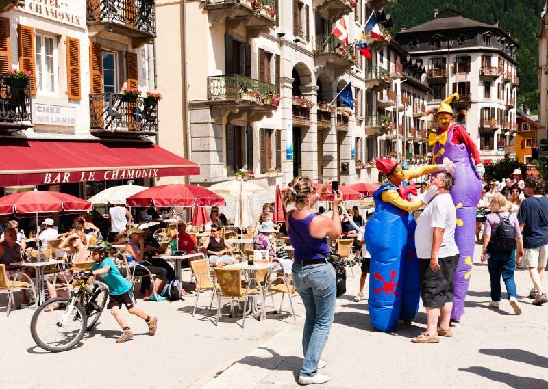 Palhaços da rua que entertaining turistas em Chamonix fotos de stock
