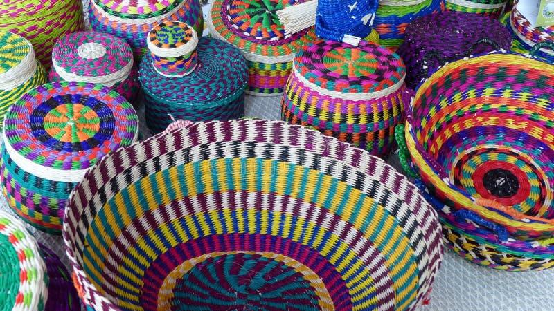 A palha coloriu cestas, Equador imagens de stock royalty free