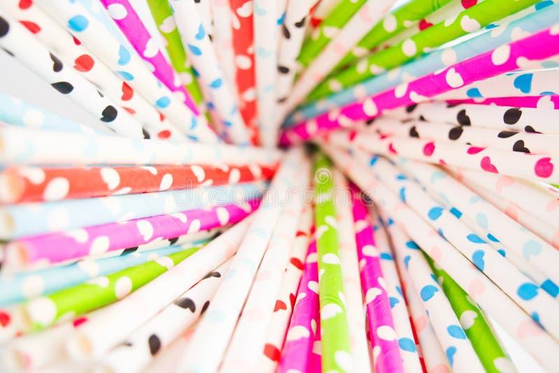Palha de papel colorida com corações para o dia de Valentim fotos de stock