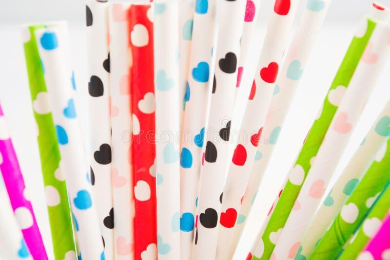 Palha de papel com corações coloridos foto de stock