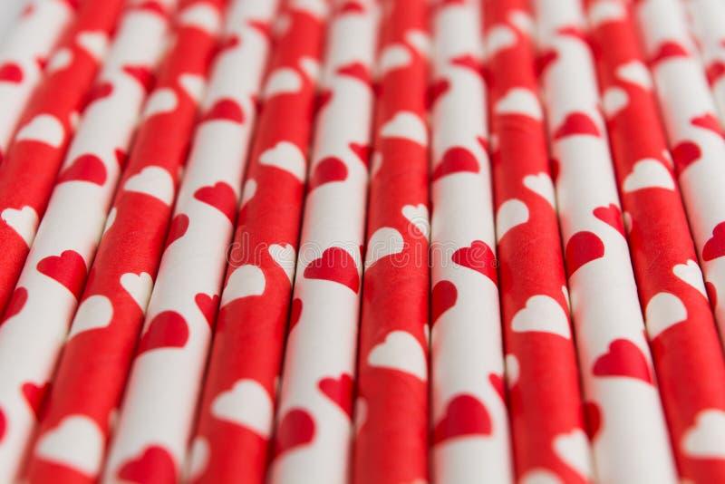 Palha de papel livre plástica ecológica vermelha e branca com corações fotos de stock royalty free