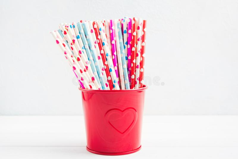 Palha de papel na cubeta vermelha com corações para o dia de Valentim fotografia de stock