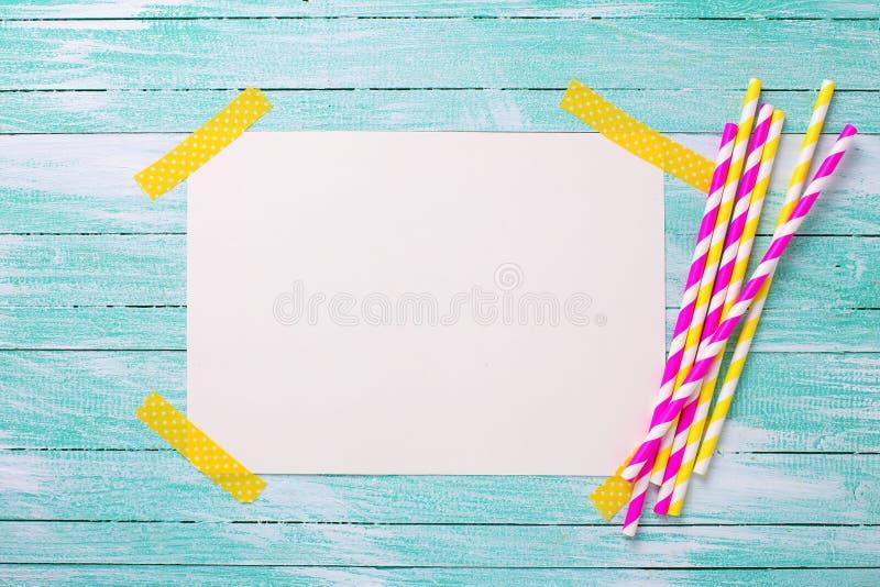 Palhas de papel cor-de-rosa e amarelas brilhantes e Empty tag para o texto fotos de stock