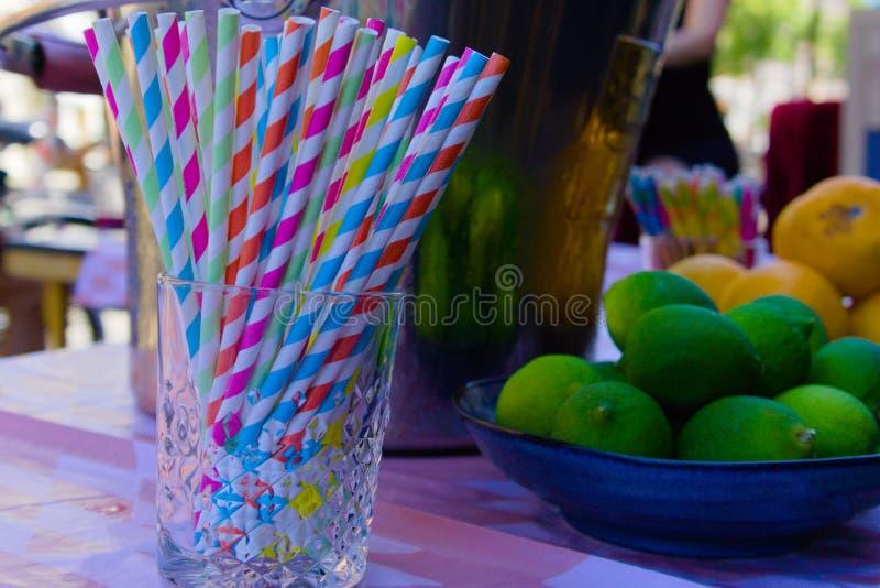 Palhas plásticas coloridas na tabela fotografia de stock