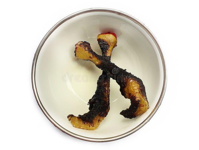 Palić kurczak nogi w małym pucharze zdjęcia stock