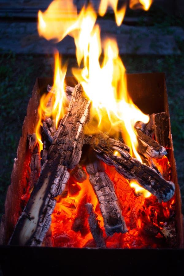 Palić węgle w fireplase fotografia royalty free