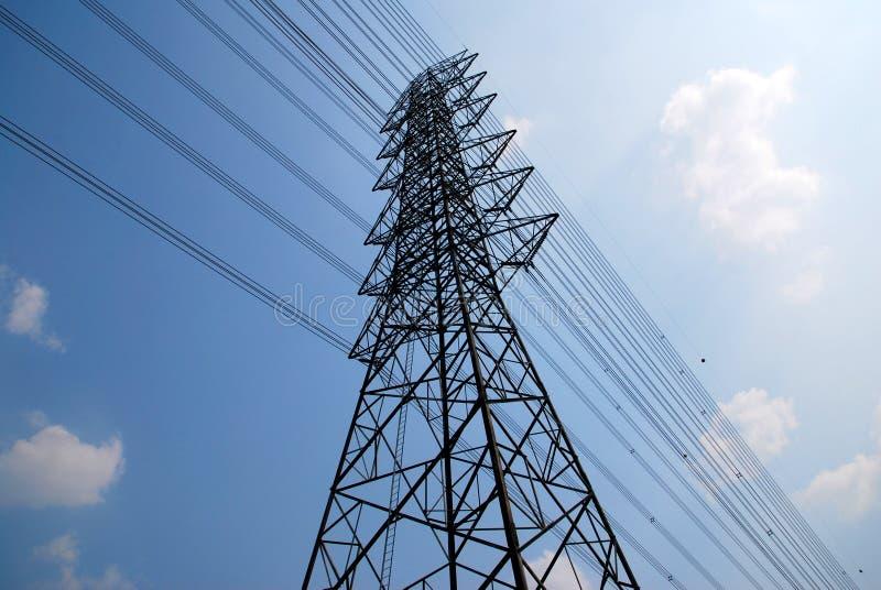 Pali ad alta tensione o torre elettrica fotografia stock