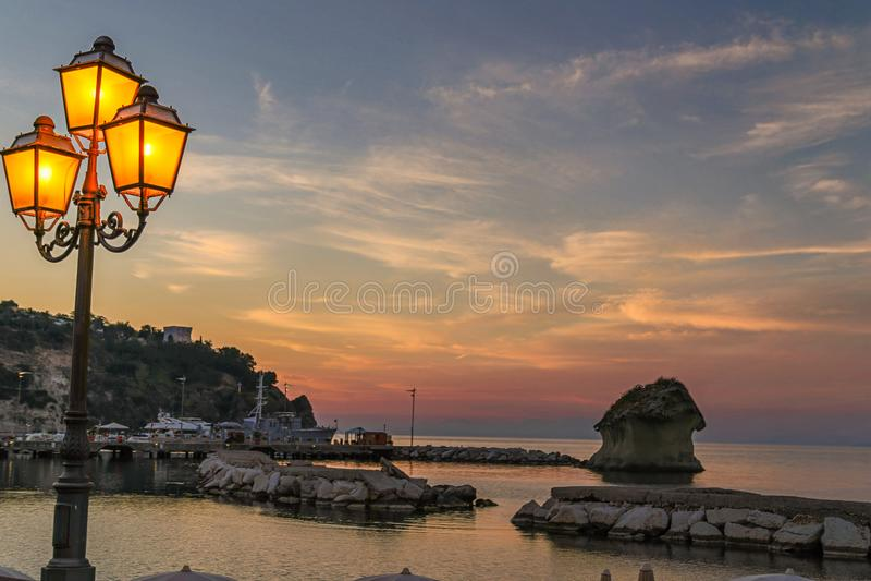 Pali della luce al tramonto sugli ischi fotografia stock libera da diritti
