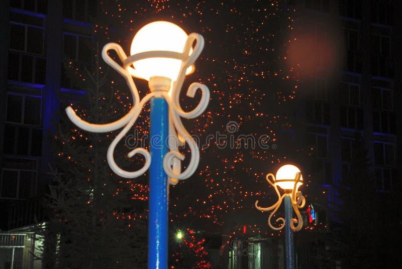 Pali della luce con le lampade a forma di palla fotografia stock