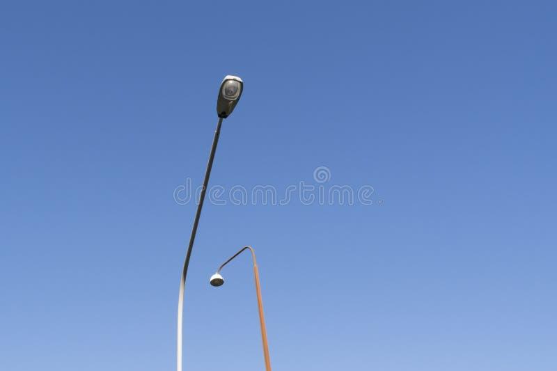 Pali della luce contro cielo blu fotografia stock libera da diritti