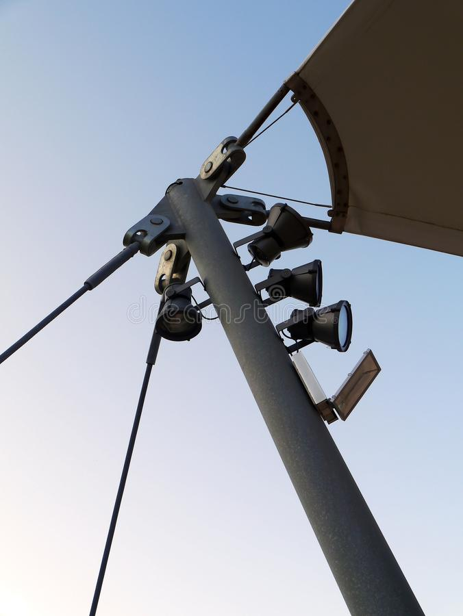Pali della luce di luce per illuminare le fasi di concerto immagine stock libera da diritti