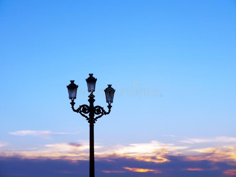 Pali della luce di luce per illuminare le fasi di concerto fotografia stock