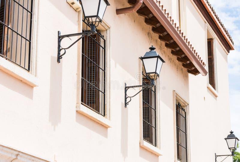 Pali della luce sulla facciata del monumento storico immagini stock