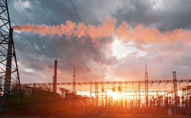 Pali di elettricit? di alto potere nell'area urbana Approvvigionamento di energia, distribuzione di energia, energia di trasmissi immagini stock libere da diritti