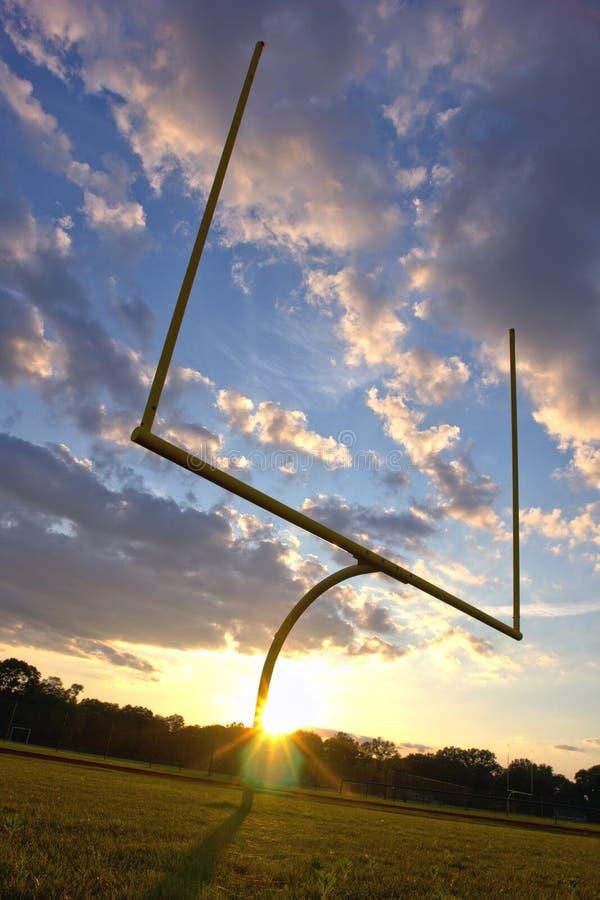 Pali di football americano al tramonto fotografie stock