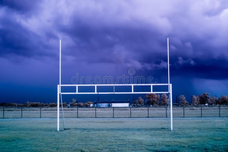 Pali di football americano prima di una tempesta immagine stock libera da diritti